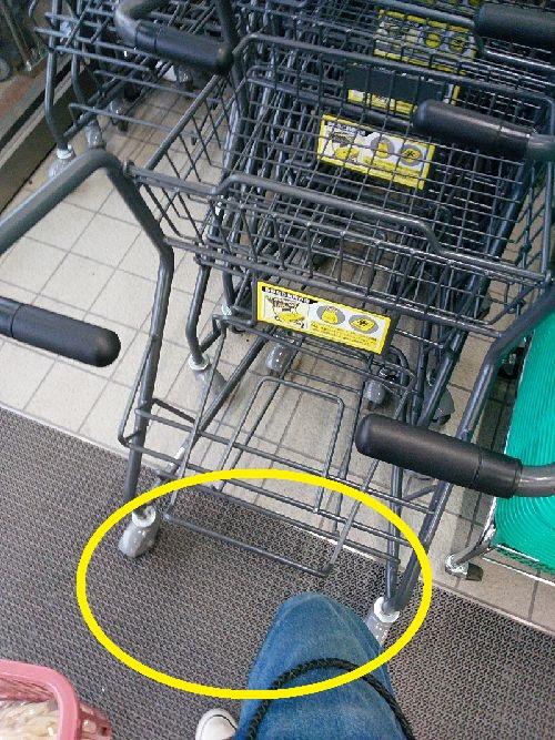 スーパーマーケット【ベイシア】のショッピングカートは膝が当たって押しにくい