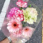 お母さんに花を供えよう。。。